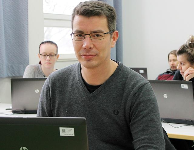 Joukko opiskelijoita tieto- ja viestintätekniikan oppitunnilla.