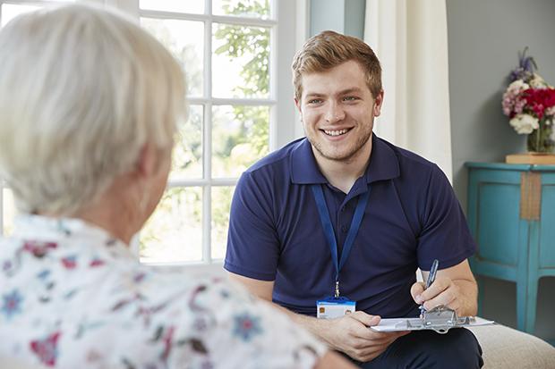 Mielenterveys- ja päihdetyö ammattilainen juttelee potilaalle.