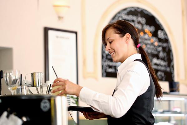Tarjoilija kahvilassa.